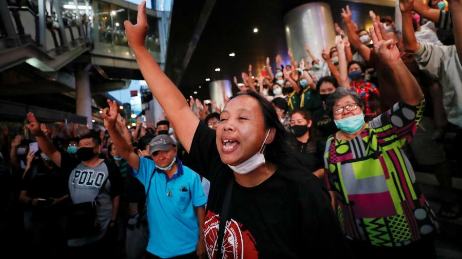 Les manifestants thaïlandais tournent leur colère contre les grandes entreprises du pays