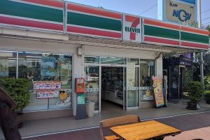 """Eight year old """"Arab"""" child assaulted in 7/11 by woman after motorcycle tumble in Pattaya"""