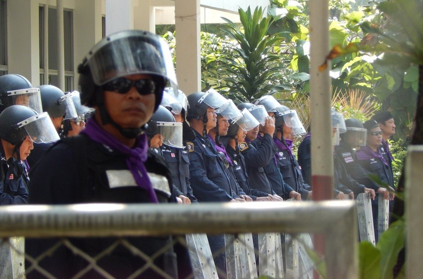 Four injured by explosion in confrontation between police and protesters in Bangkok