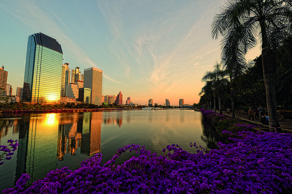 Benjakiti Park lies at the heart of Bangkok on Ratchadapisek road