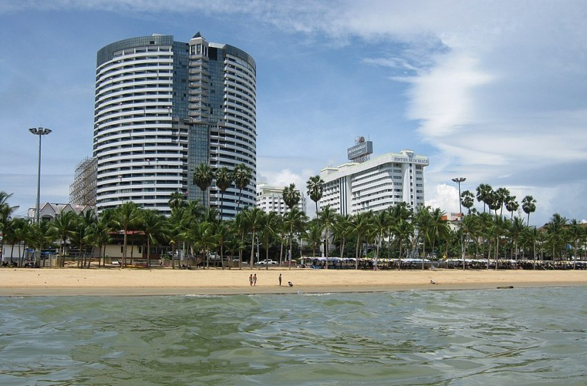 Intoxicated man surrenders to police after opening fire with a gun on Jomtien Beach while driving