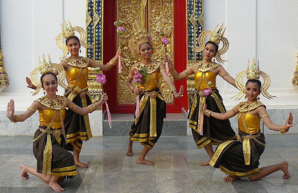 Thai girls dancing at Wat Phra Thaen Sila