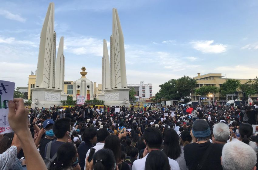 Talu Fah protesters hold sports event near Democracy Monument