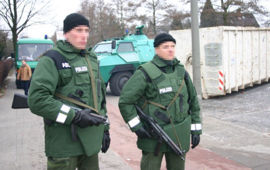 German police, with bullet-proof vests and submachine guns