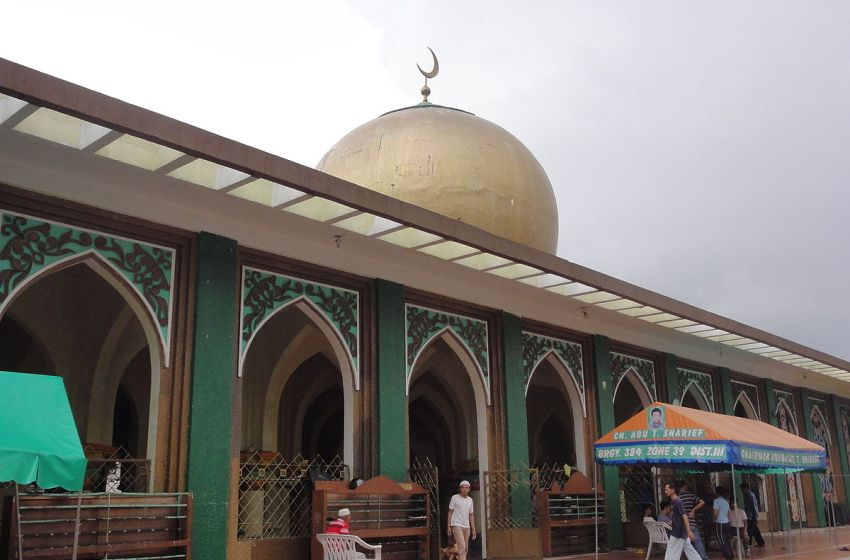 Filipino Muslims at Manila Golden Mosque