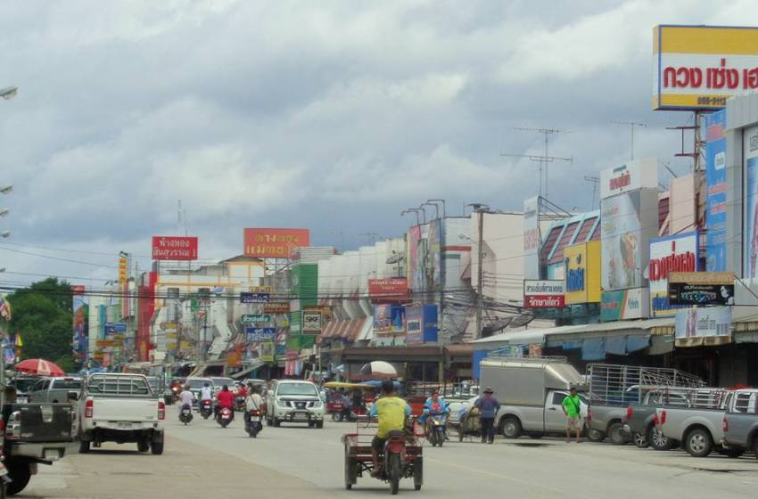 Packed van hits pickup head-on in Sa Kaeo