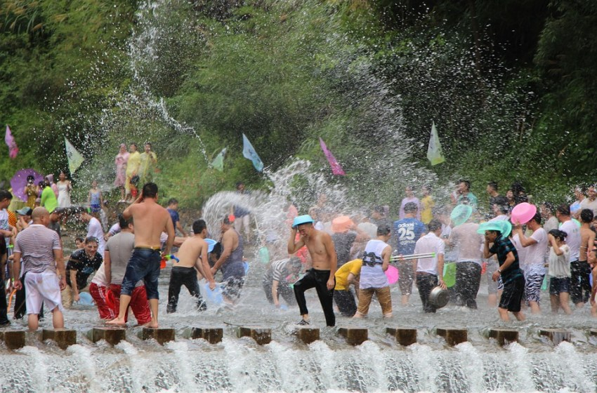 Chonburi holds Songkran parade competition