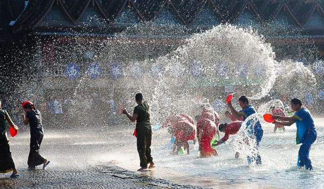 New Year in Thailand: water battles with elephants (Video)