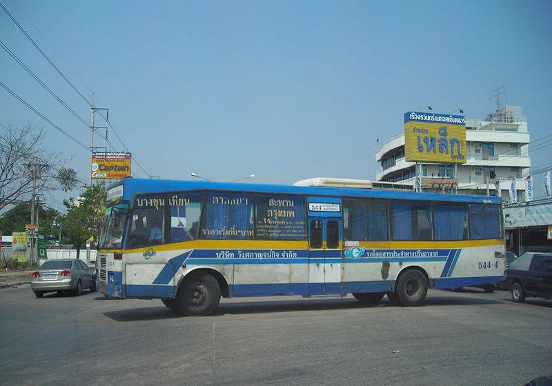 Bus runs into police booth in Bangkok's Din Daeng, 4 hurt