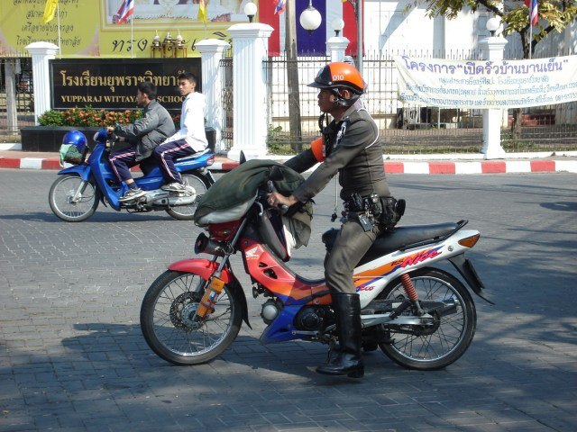 Thai cop has both legs broken as drunk motorcyclists ignore nighttime checkpoint