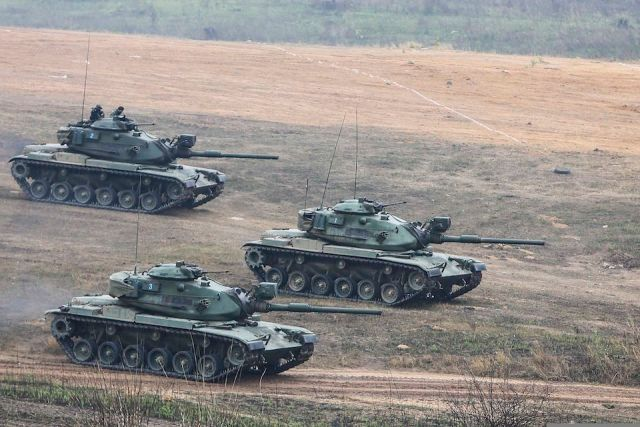 Army holds large exercise of tanks in Lopburi