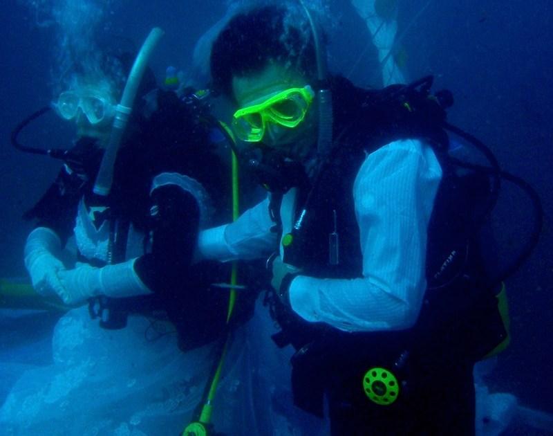 Underwater wedding, couple