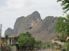 Vstup do jeskyně Erawan hlídá zlatý Buddha