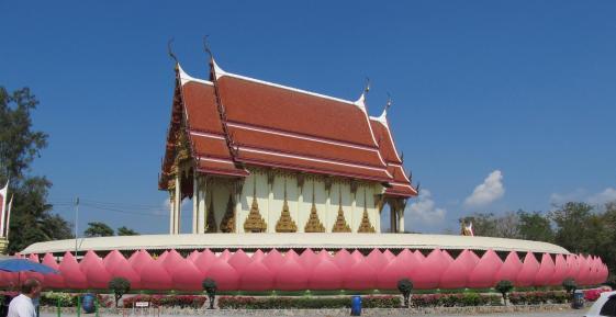 Ubosot Wat Muang který je obklopený největšími lotosovými plátky na světě