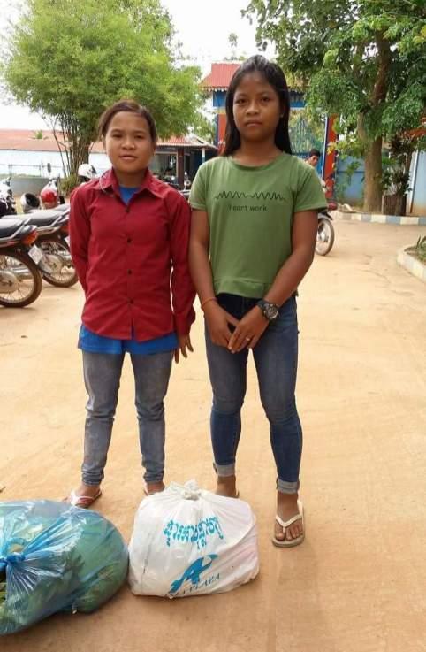 Nicol a její sestřenice před branou věznice na návštěvě Wendiho