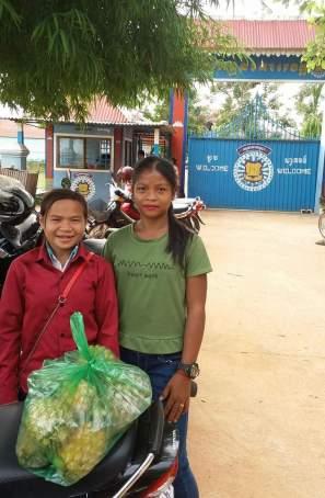 Nicol a její sestřenice před branou věznice na návštěvě Wendiho (7)