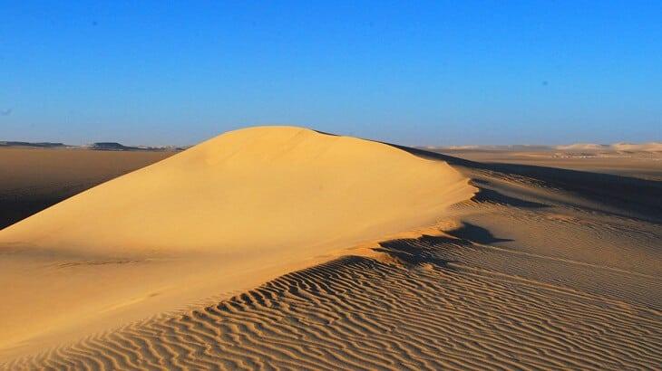 تفسير رؤية الرمل في المنام للمتزوجة والحامل والعزباء