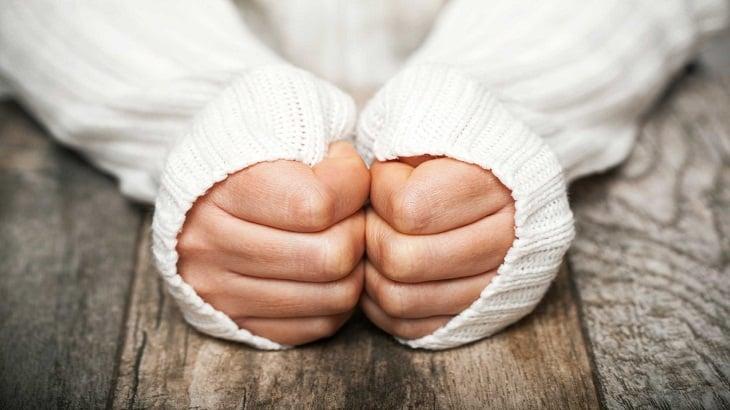 أسباب برودة الأطراف في الشتاء وطرق علاجها