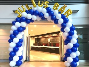 Blue and white spiral balloon arch copy