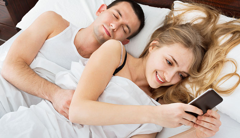 15 Signs Your Girlfriend Is Cheating on You: Time to Confront Her?