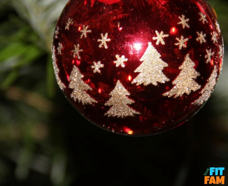 over 25 Christmas traditions for families that you can start this year! family traditions are a great way to strengthen family ties and make great memories! check out our favorite traditions here!