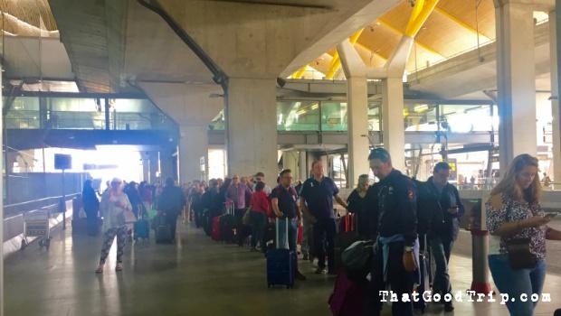 Fila pra pegar táxi no aeroporto de Madrid