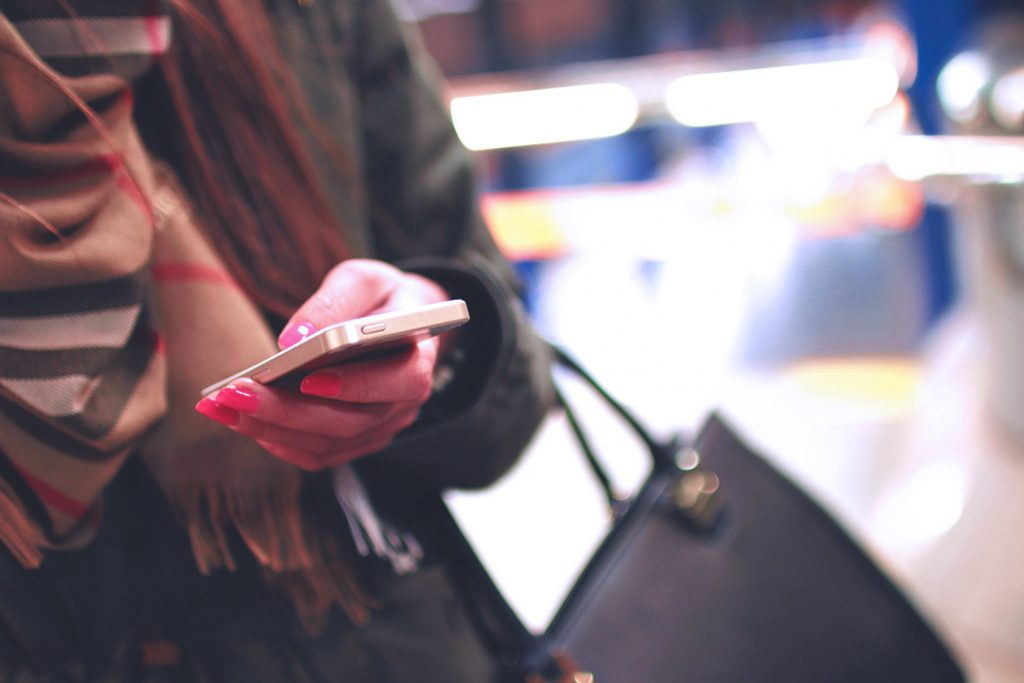 Woman with smartphone – Sign up for the that kind of style newsletter