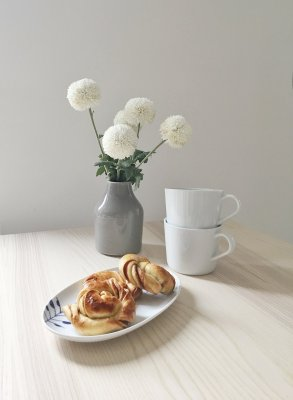 scandinavian feeling cinnamonbuns table