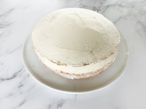 Cover the entire cake with a thin layer of cream
