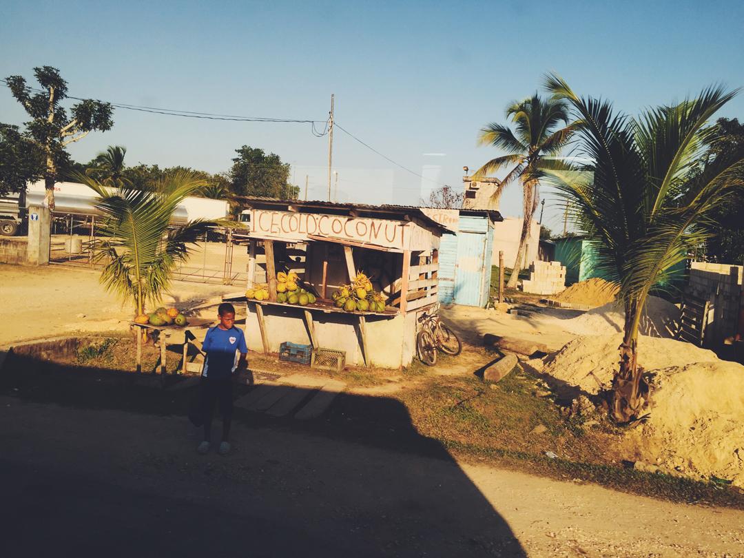 Belize_Strassenrand_Junge