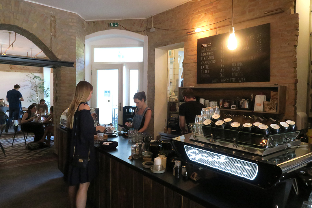 Die Theke des Distrikt Coffee in Berlin