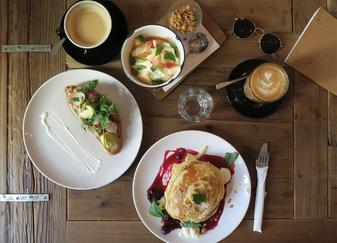 Distrikt Coffee in Berlin mit Pancakes, Kaffee und Obst