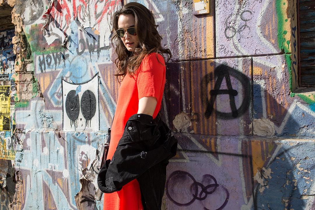 Long_jeansjecket_meets_coral_dress_1_thatslifeberlin