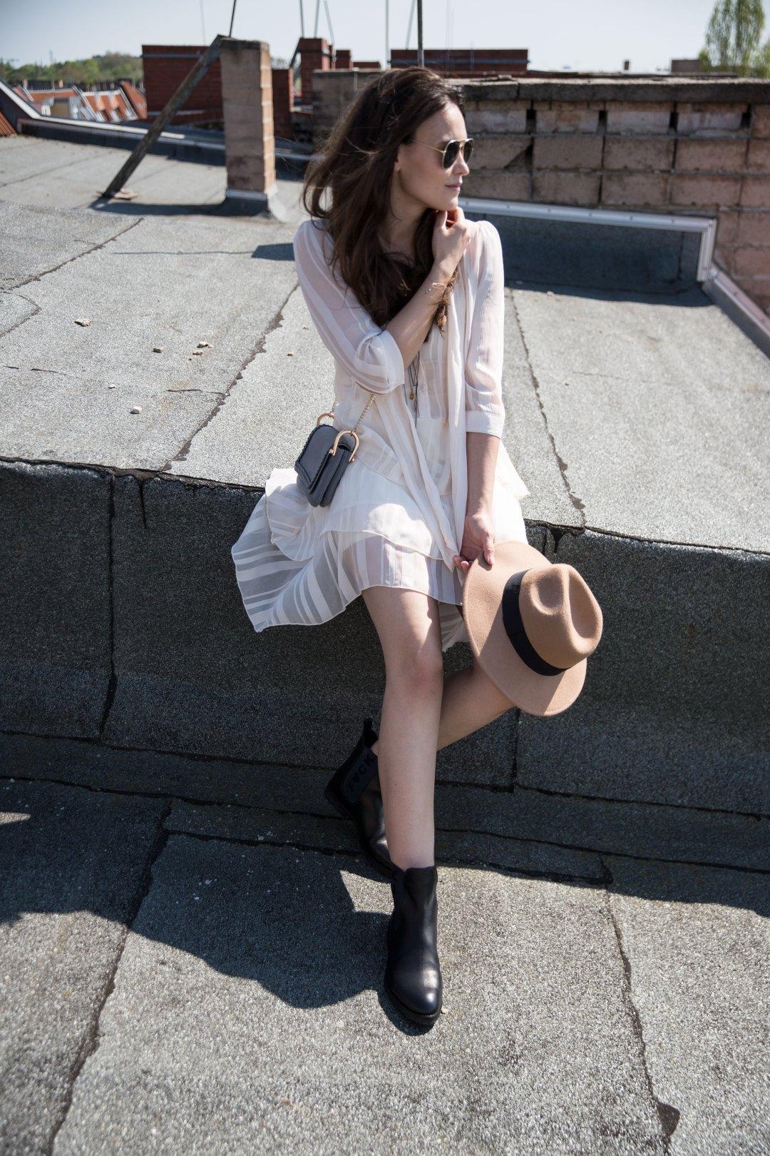 Luftig leichtes Sommerkleid mit derben Boots_1080_1