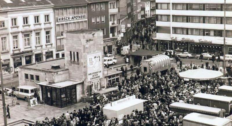Der Lüftungsschacht des Bunkers auf dem Carlsplatz (Foto: Herbert Kuttler, um 1970)