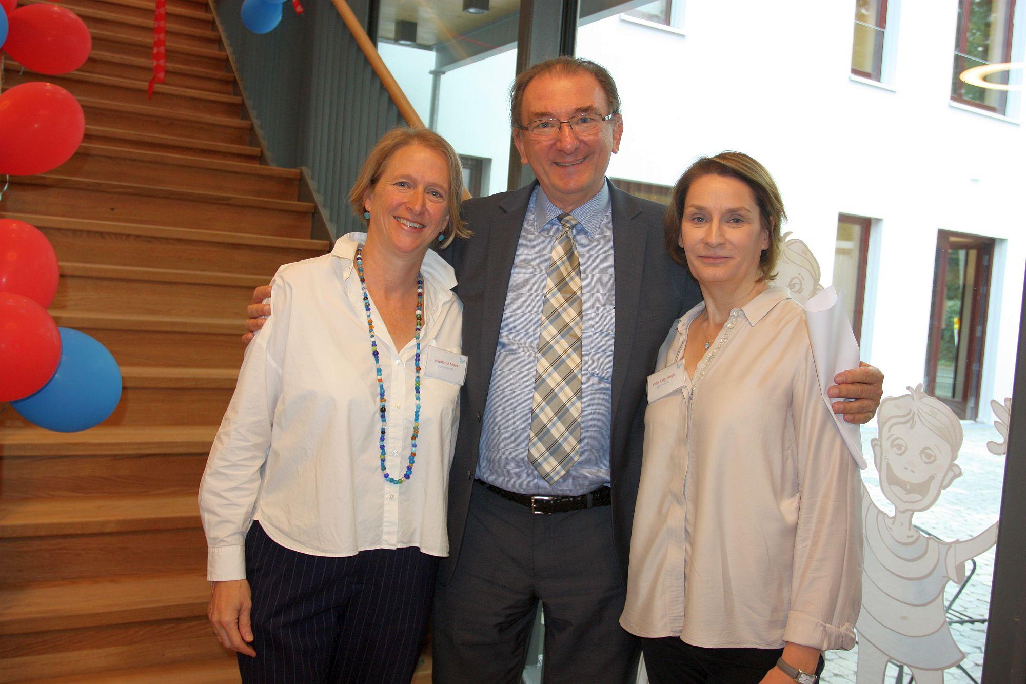 Johannes Horn bei der Einweihung vom Kiwifalter im September 2019 mit Stephanie Zinkler-Maus (links) und Katja Kaltenbach (Foto: Gabriele Schreckenberg für TD)