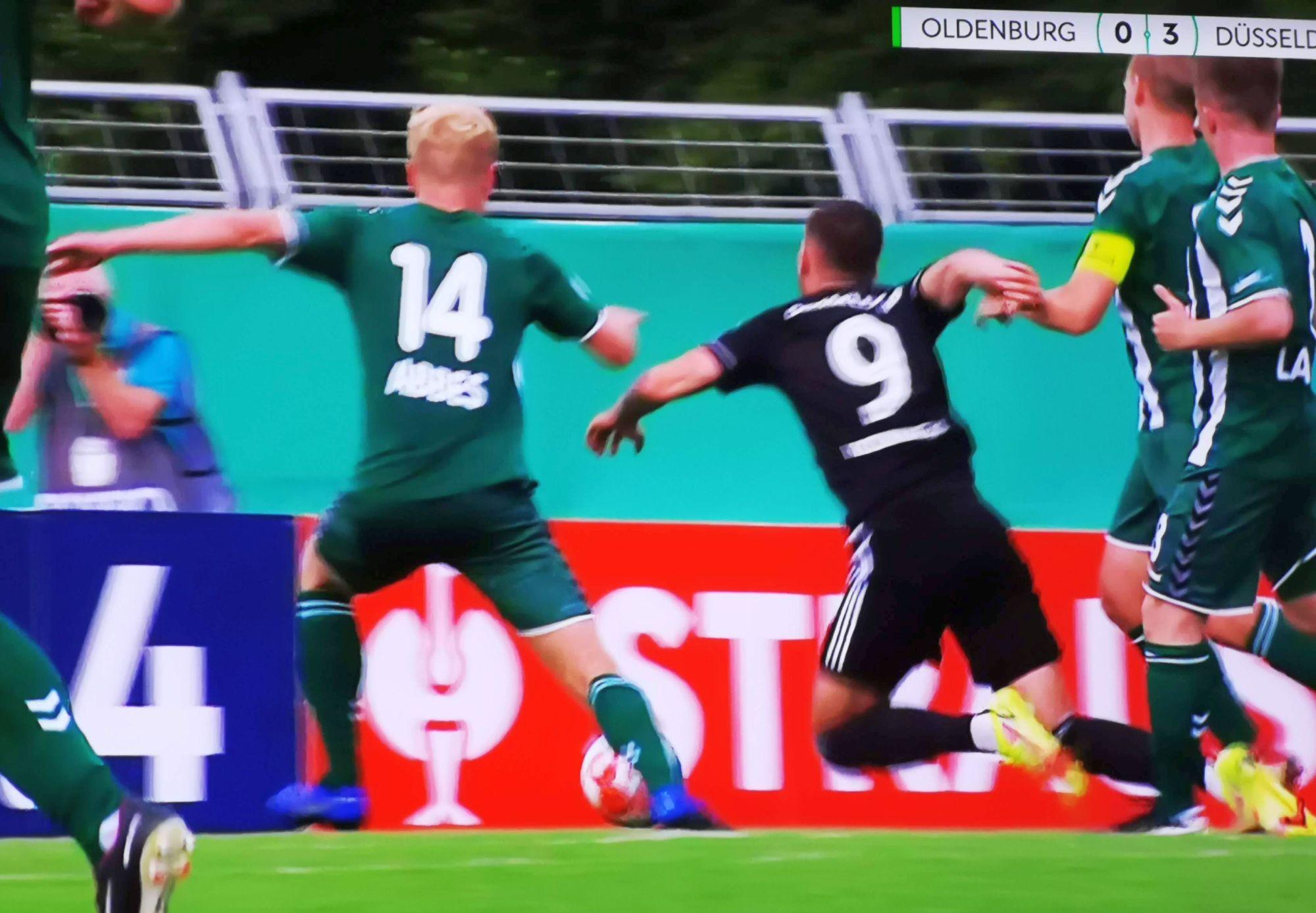 VfL Oldenburg vs F95: Das Foul zum Elfer zum 3:0 (Screenshot Sky)