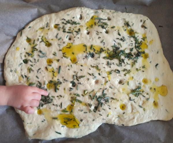 Veganes Focaccia mit frischem Rosmarin & Olivenöl