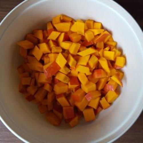 Hokkaidokürbis eignet sich perfekt für vegane Kürbissuppe, da man ihn mit Schale kochen kann