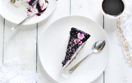 Veganer Cheesecake mit Oreo-Boden & Beeren