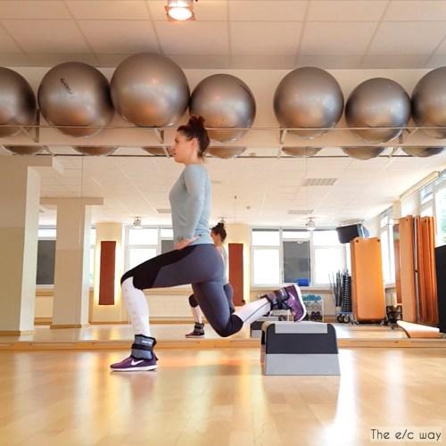 Bei dieser Übung spielen die Gewichtsmanschetten keine Rolle - schöne Beine macht sie trotzdem