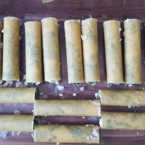 Cannelloni mit veganem Ricotta und frischem Blattspinat füllen
