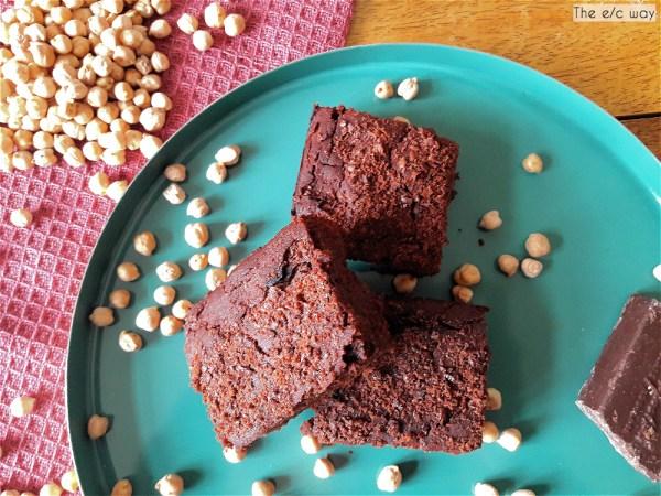 Vegane Schokoladen-Brownies aus Kichererbsen, auch glutenfrei und zuckerfrei