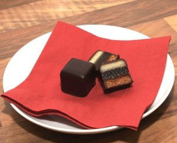 Veganer Spekulatius Bratapfel Cheesecake lässt sich wunderbar mit in Scheiben geschnittenen Doministeinen dekorieren