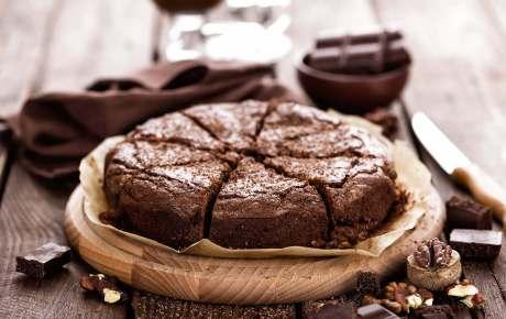 Veganer Schokoladenkuchen mit Kischen und Nüssen ist unser liebster Sonntagskuchen