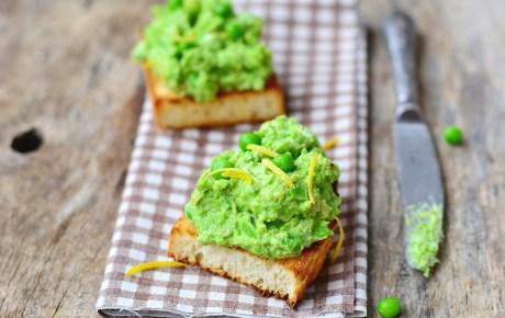 Vegane Bruschetta Verde mit Erbsen und Edamame