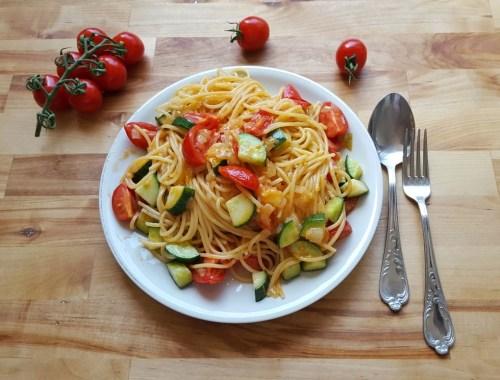 Vegane Spaghetti mit Kirschtomaten und Gurke