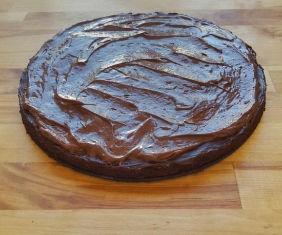 """Auf den Boden mit der """"harten"""" Schokolade die erste Schicht vegane Schoko-Mousse auftragen."""