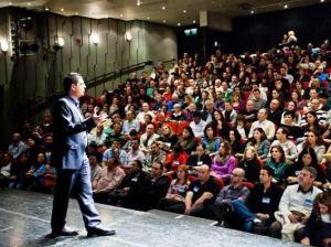 ערן מול קהל כיום צלם טלי כהן