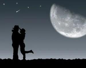 Kissing under the starts © Lomachevsky | Dreamstime.com